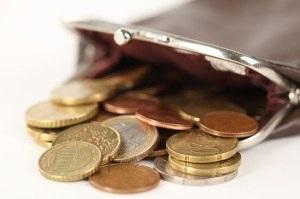 Заработная плата переводится на карточки в банке.